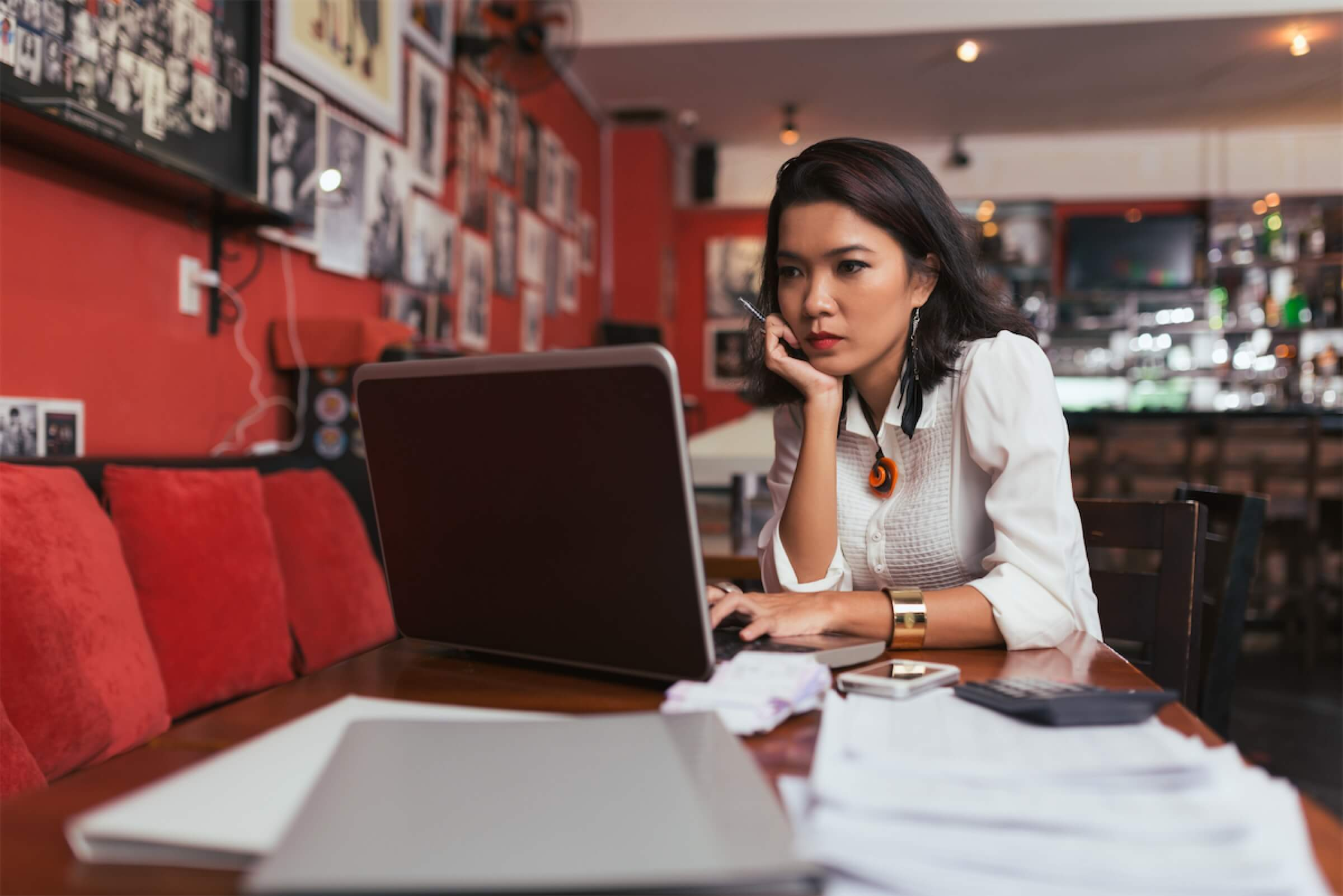 A woman looking for personal loan options without income proof in Singapore